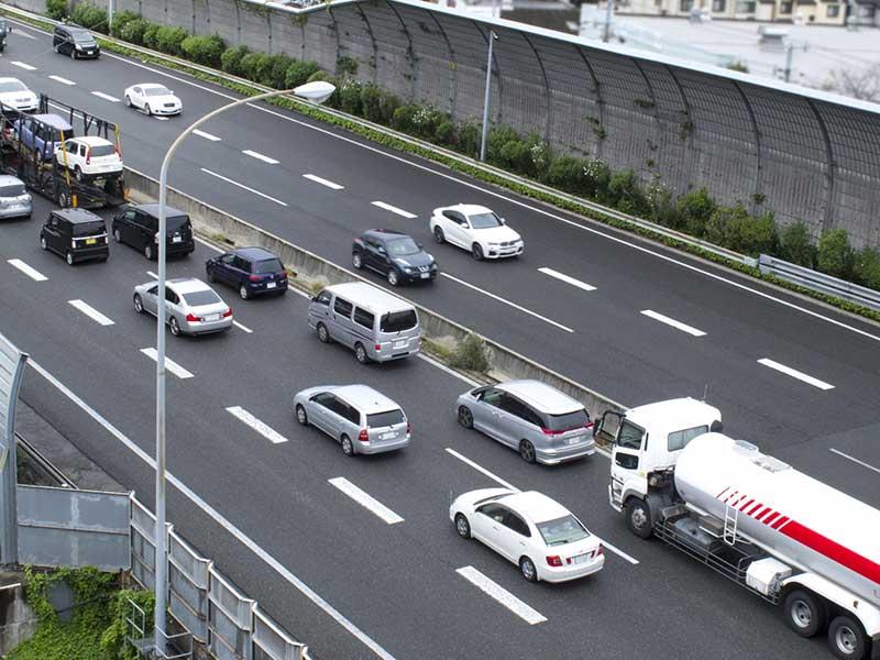 道路の渋滞はなぜ起こるの? 年末年始の渋滞ポイントや回避方法をチェック!